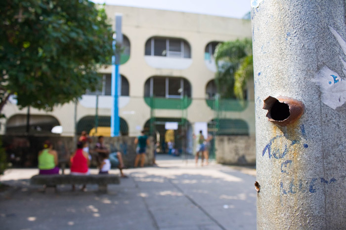 Poste de rua perfurado por tiros em frente ao CIEP Presidente Samora Machel, na divisa entre as favelas Baixa do Sapateiro e Nova Holanda, na Maré. Foto: Elisângela Leite/Imagens do Povo