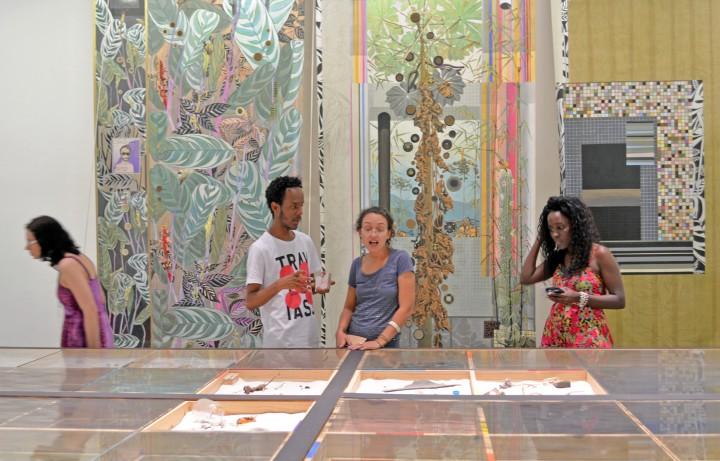 A professora Luisa Tavares (ao centro) e suas alunas Rafaela Soares e Géssica Marinho realizam a visita mediada com David Alfredo