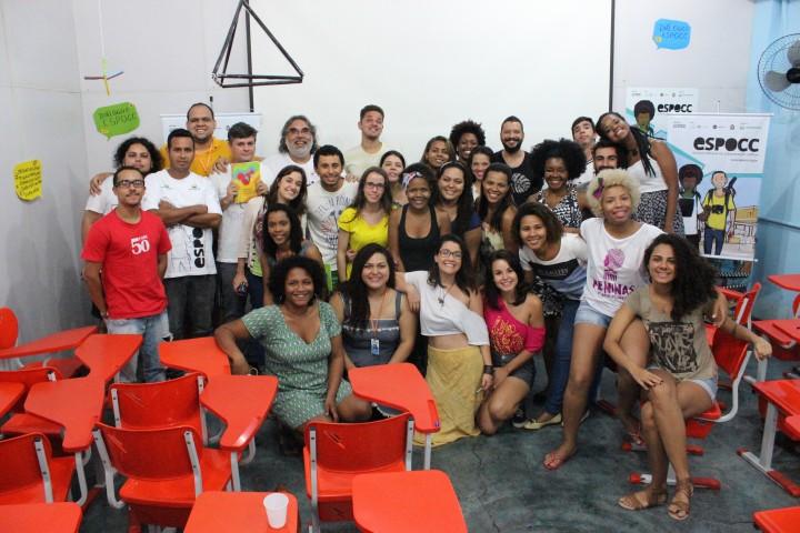 Alunos da ESPOCC posam para foto. O projeto acontece todo ano na sede do Observatório de favelas.