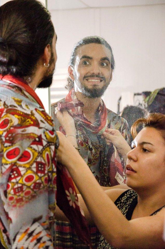 Se preparando para entrar em cena, Renê Carvalho, que divide o cigano Melquíades com Pedro Serejo - Foto: Marcia Farias/Observatório de Favelas