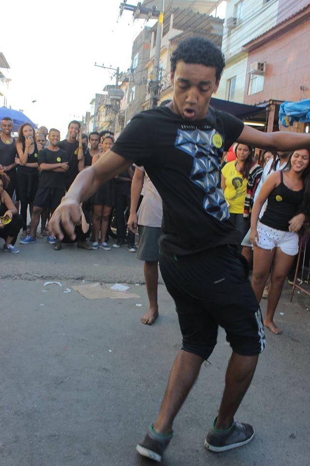 No evento, jovens dançam passinho e break, símbolos de atividades artísticas da periferia